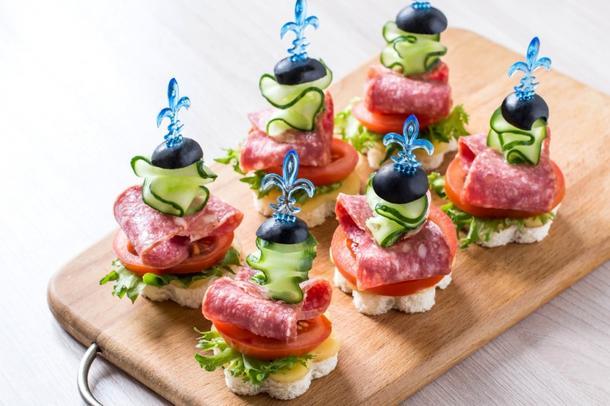 Канапе из салями, оливков, сыр-крема