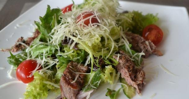 Салат с телятиной, кукурузой, огурцом, миксом салата и сыром пармезан