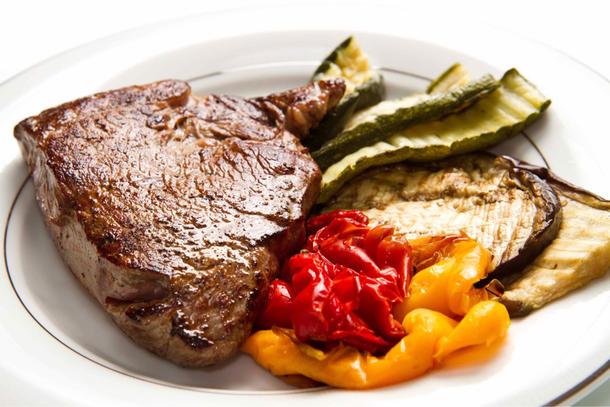 Стейк из говядины с  запеченным болгарским перцем и помидорами черри