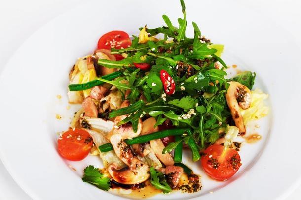 Салат из листьев шпината,  с нежной куриной грудкой, запеченной под соусом Барбекю, томатов черри, апельсина. Подается с бальзамическим соусом и посыпается обжаренным кунжутом