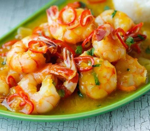 Соте из овощей с тигровой креветкой, маринованной в цитрусовом соусе. Подается на ошпаренных листах лука порея, приправляется ананасовым соусом.