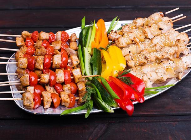 Сотэ из куриной грудки на шпажке со свежими овощами.