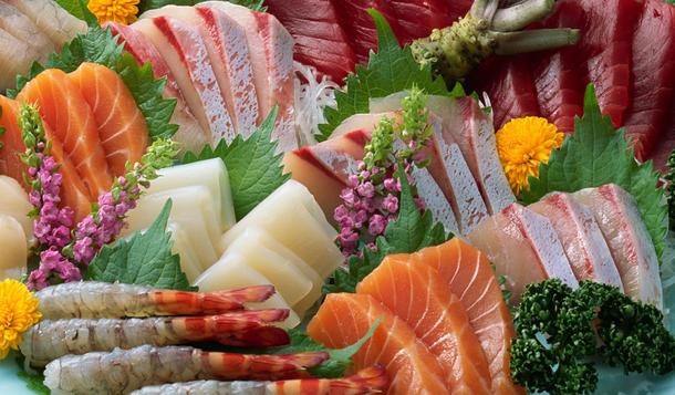 Рыбное изобилие (копченный палтус, семга пряного посола, угорь копченный, креветка тигровая, брусника, лимон, оригинальные соуса)