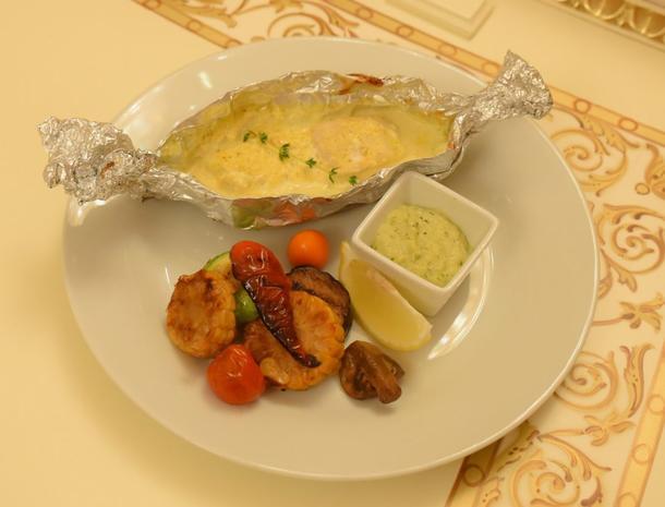 Судак запеченый в сливочном соусе с овощами-гриль с декором из свежей зелени