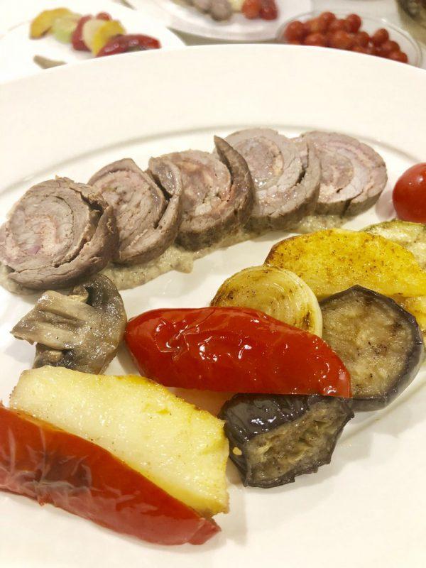 """Рулетик """"Прованс"""" из рубленной говядины, овощей подаётся с картофелем запеченным и пикантным томатным соусом"""