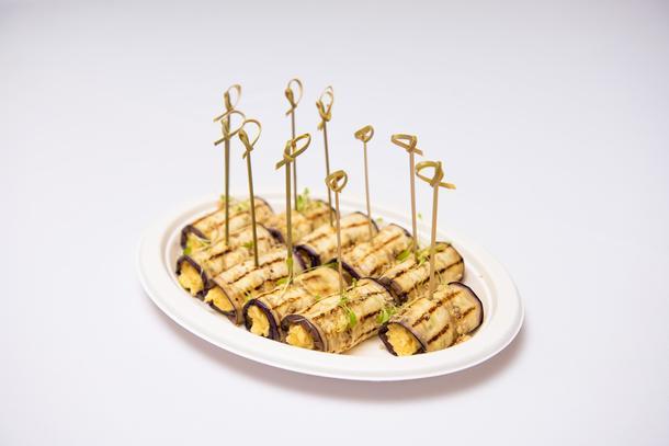 Ассорти рулетиков из баклажан с острым сырным муссом (10 шт в 1 блюде)