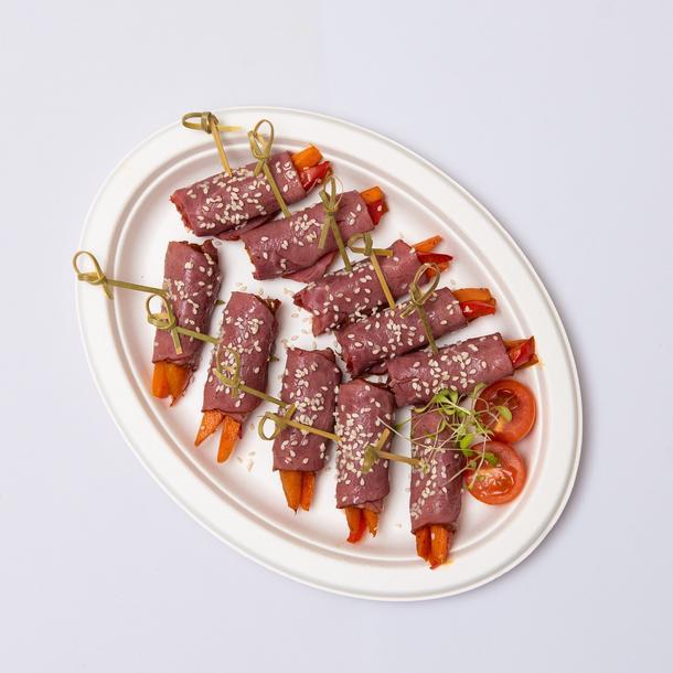Ассорти из канапе-рулетиков из говядины с овощами (блюдо, 10 шт)