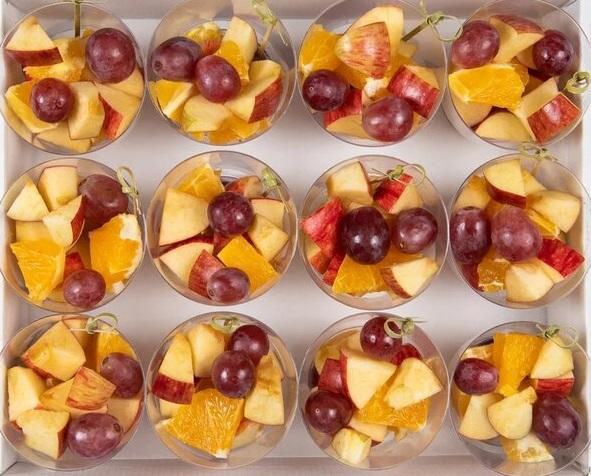 Микс фруктовых кубиков (12 шт) в индивидуальных стаканчиках со шпажкой