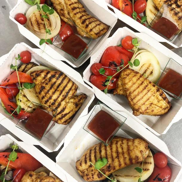 Грудка индейки гриль с соусом барбекю и печеным картофелем/овощи - гриль