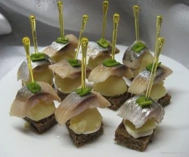 Тост с сельдью на черном хлебе с маринованным лучком