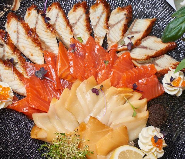 Рыбная коллекция с лососем, копченой скумбрией и масляной рыбы со сливочным сыром и гренками