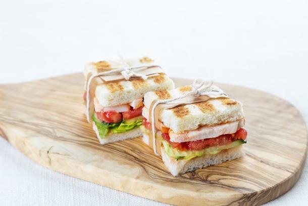 Мини сэндвич с полу копчённой курицей, огурцом, томатами и сливочным соусом