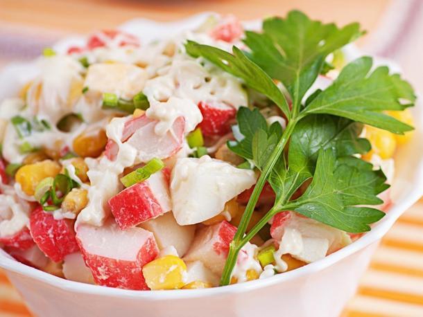 Салат «Карнавал» (крабовые палочки, томаты, мас-лины, сыр, соус майонез)