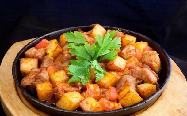 Жаркое по домашнему из свинины, с печеным кар-тофелем и баклажанами