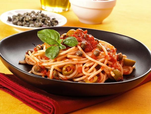 Спагетти отварные с маслинами